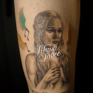 女性|音符|羽|文字のタトゥー