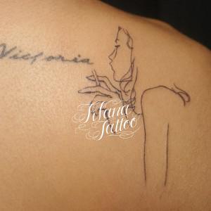女性のラインアート・タトゥー